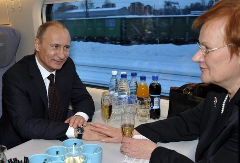 President Tarja Halonen and Prime Minister Vladimir Putin holding talks during the train journey to St. Petersburg.